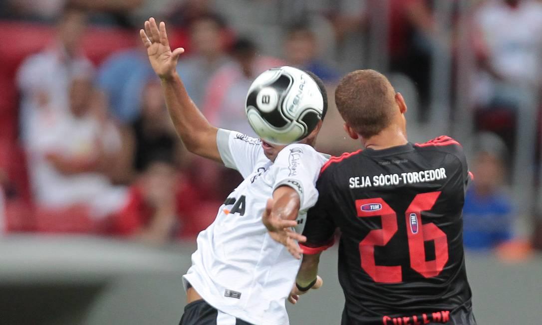 Cuéllar, do Flamengo, disputa a bola com Dodô, do Figueirense Jorge William / Jorge William