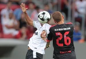 Cuéllar, do Flamengo, disputa a bola com um jogador do Figueirense Foto: Jorge William / Jorge William