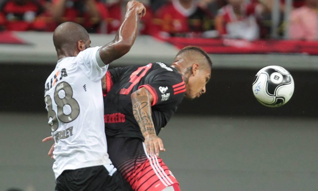 Nirley, do Figueirense, marca em cima Guerrero, do Flamengo Jorge William