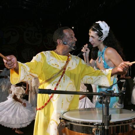 Naná Vasconcelos ao lado de Marisa Monte no carnaval de 2008 Foto: Hans von Manteuffel / Agência O Globo