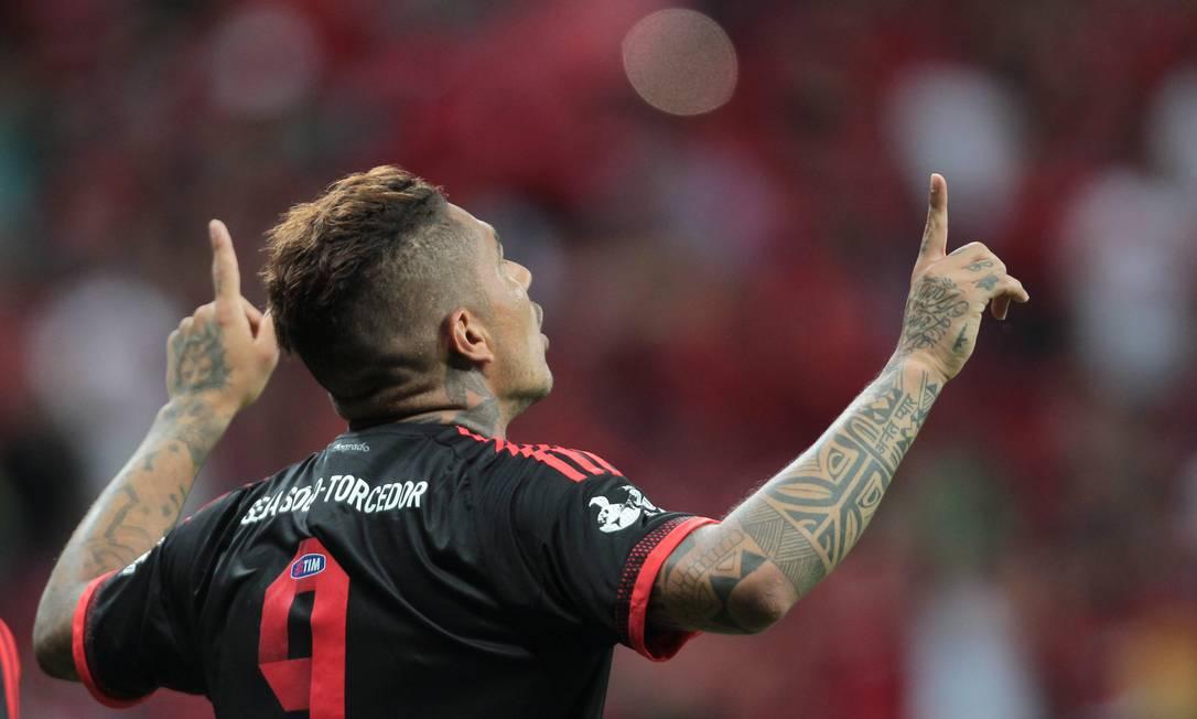 Guerrero comemora o gol de empate do Flamengo contra o Figueirense Jorge William