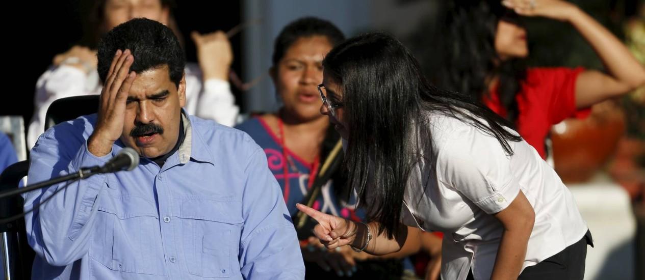 Maduro e a chanceler Delcy Rodríguez conversam em ato pelo Dia Internacional da Mulher Foto: CARLOS GARCIA RAWLINS / REUTERS