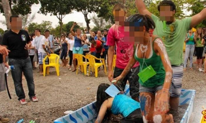 Piscina misturou urina, peixes mortos, melancia e terra Foto: Reprodução da internet