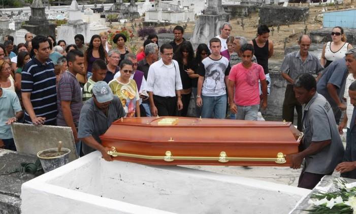 Sepultamento do estudante no cemitério do Morundu Foto: Cléber Júnior / Agência O Globo