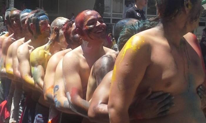 Estudantes recém-chegados na UFRJ comcabelos raspados Foto: Leonardo Vieira
