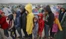 Crianças fazem fila para receber comida em campo de migrantes na fronteira entre Grécia e Macedônia Foto: Vadim Ghirda / AP