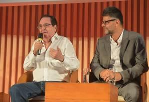 Benedito, de branco,e Luiz Fernando Carvalho na apresentação da trama Foto: TV Globo