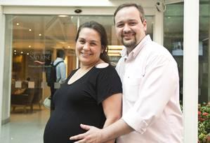 Leonardo Muniz Teixeira com a mulher, Juliana Mendonça Teixeira, comemoram ampliação da licença-paternidade Foto: Ana Branco