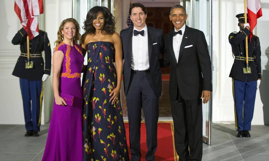 Os donos da festa, o presidente americano Barack Obama e a primeira-dama Michelle, posam com o primeiro-ministro canadense Justin Trudeau e a mulher, Sophie Grégoire Trudeau Pablo Martinez Monsivais / AP