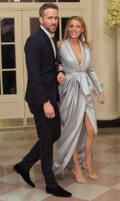 Com fenda e decote, a atriz desfilou pelos salões da Casa Branca CHRIS KLEPONIS / AFP