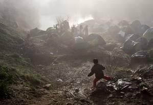 Menino anda por campo de imigrantes na fronteira entre Grécia e Macedônia Foto: Vadim Ghirda / AP