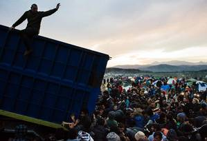Refugiados na fonteira entre Grécia e Macedônia Foto: DIMITAR DILKOFF / AFP