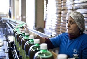Funcionária em fábrica de refrigerantes em Santa Catarina Foto: Paula Giolito / Agência O Globo