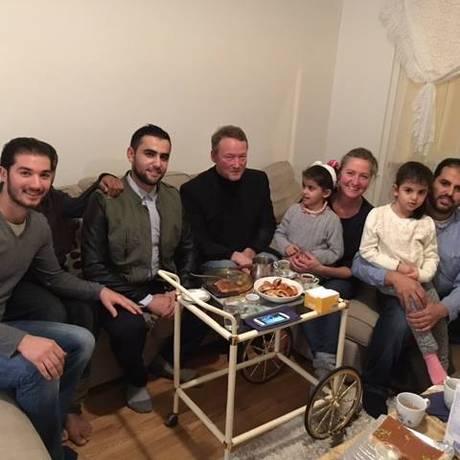 Após carona até Copenhague, Lisbeth Zornig e Mikael Lindholm levaram família síria a suas casa para um lanche Foto: Reprodução Facebook