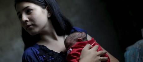 Ianka Mikaelle Barbosa, com a filha Sophia, nascida com microcefalia, em Campina Grande Foto: Ricardo Moraes / Reuters