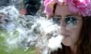 Mulher fuma maconha no Colorado, estado americano em que o uso recreativo da droga foi legalizado Foto: MARK LEFFINGWELL/REUTERS/20-4-2014