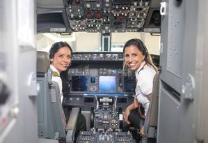 A comandante Fernanda (esquerda) e a copiloto Paula integram o grupo de mulheres que atua nos voos da Gol, em viagens nacionais e internacionais Foto: Agência O Globo
