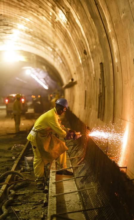 A instalação de toda a infraestrutura, como iluminação, cabeamento e extintores de incêndio, é realizada em paralelo com a pavimentação Foto: Fernando Lemos / Agência O Globo