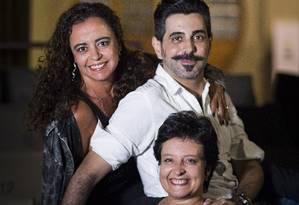 Em sentido horário, Nádia Bambirra, Jorge Farjalla, Débora Dubois (sentada) e Eduardo Tolentino de Araújo (no computador) Foto: Mônica Imbuzeiro / Agência O Globo