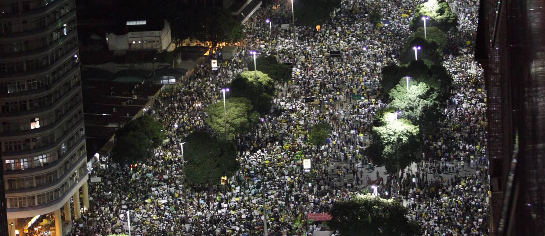 Passeata pelo passe livre na Candelária Foto: Carlos Ivan / Agência O Globo