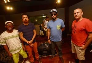 A partir da esquerda, Toca Ogan, Pupillo, Lúcio Maia, Jorge Du Peixe e Dengue: show estreia em abril, no Rio Foto: Leo Caldas / Agência O Globo