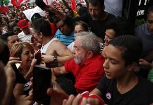 Ex-presidente Lula agradece apoio de militantes na porta de sua residência Foto: Edilson Dantas / Agência O Globo