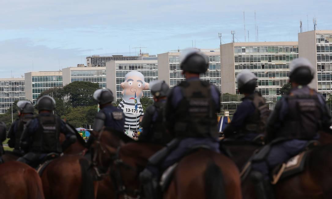 """O """"pixuleco"""", boneco que representa o ex-presidente Lula, marca presença em protesto na capital do país Michel Filho / Agência O Globo"""