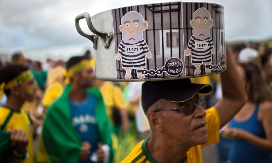 """A """"operação lava-jato"""" lembrada na manifestação em Copacabana CHRISTOPHE SIMON / AFP"""