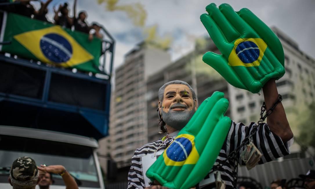 Fantasias tomaram os protestos na orla de Copacabana CHRISTOPHE SIMON / AFP