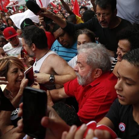 Lula agradece a militantes petistas na porta de sua casa Foto: Edilson Dantas / Agência O Globo
