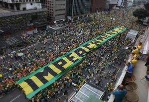 Manifestantes pede o impeachment de Dilma na Av. Paulista Foto: Foto Marcos Alves / Agência O Globo