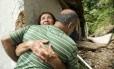Maria Jurandir, sogra de Luciano, abraça um dos seus empregados na cooperativa de vans: vítima foi levada pela enxurrada