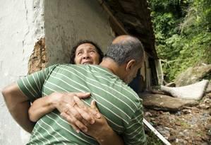 Maria Jurandir, sogra de Luciano, abraça um dos seus empregados na cooperativa de vans: vítima foi levada pela enxurrada Foto: Ana Branco / Agência O Globo