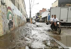 No dia seguinte ao dilúvio, a Rua Sotero dos Reis ainda alagada, com um mar de lama sobre as calçadas Foto: Ana Branco / Agência O Globo