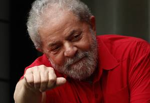 Lula em frente ao seu apartamento, em São Bernardo do Campo, neste domingo Foto: Edilson Dantas / Agência O Globo