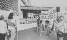 Minas. Integrantes do Movimento das Donas de Casa incentivam, no Mercado Central em BH, a troca de carne de boi por outros alimentos Foto: Cristina Silveira 18/07/1986 / Agência O Globo