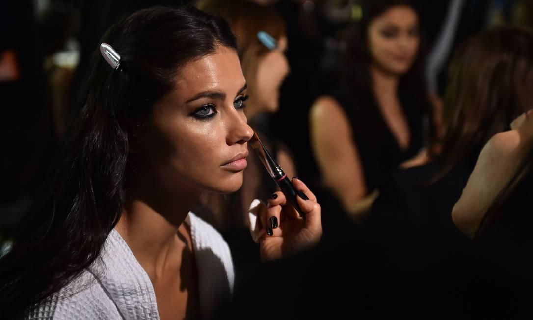 """Nos bastidores da Versace, só deu Adriana. Todos queriam um """"pedaço"""" da musa baiana GABRIEL BOUYS / AFP"""