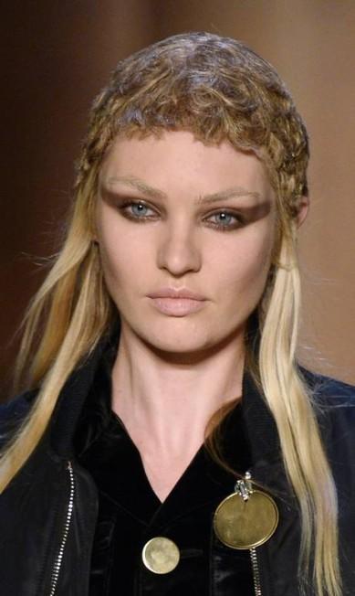 Na passarela da Givenchy, Candice Swanepoel surgiu com sua imagem de angel fatal desconstruída BERTRAND GUAY / AFP