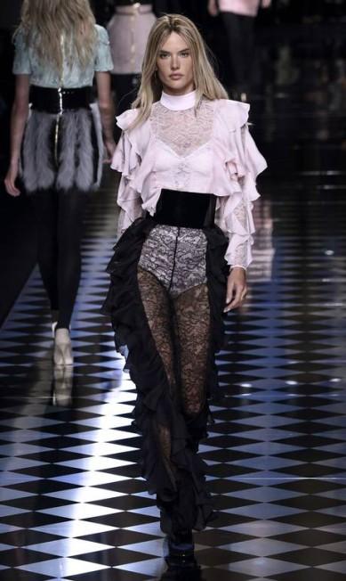 Aos 34 anos, Alessandra Ambrósio foi uma das sensações do desfile de inverno 2017 da Balmain, na semana de moda de Paris. Com os cabelos louros (era uma peruca), a top surgiu na passarela com look transparente MARTIN BUREAU / AFP