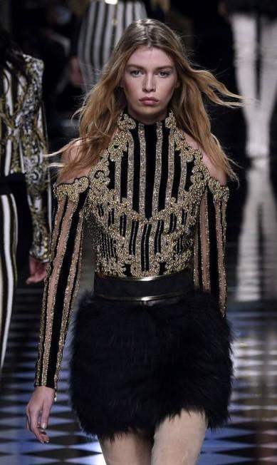 Stella Maxwell, apontada como ex-affair de Miley Cyrus, brilhou no desfile da Balmain MARTIN BUREAU / AFP