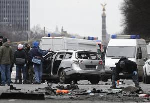 Investigadores analisam local da explosão de um carro em Berlim Foto: Michael Sohn / AP