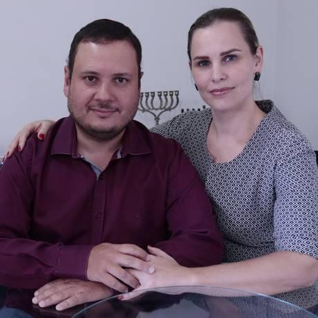 Ana Carolina Tietz e o marido Mauro Leonardo de Brito Albuquerque Cunha haviam feito os planos para ter um filho neste ano. Diante da epidemia, desistiram Foto: Jorge William / O Globo