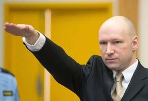 Anders Breivik faz saudação nazista em sua primeira aparição pública desde que foi preso por matar 77 pessoas na Noruega Foto: JONATHAN NACKSTRAND / AFP