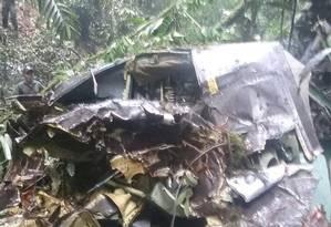 Militares observam destroços em Pastaza Foto: Reprodução