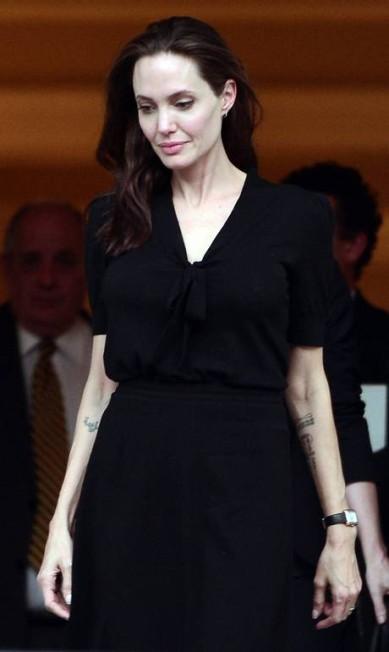 A causa era nobre: Angelina Jolie, embaixadora do Alto Comissariado das Nações Unidas para a os Refugiados (Acnur), esteve na Grécia para se encontrar com migrantes e refugiados, além de participar de uma reunião com o primeiro-ministro grego para falar sobre a causa humanitária. Mas a magreza da atriz, mais uma vez, chamou a atenção LOUISA GOULIAMAKI / AFP