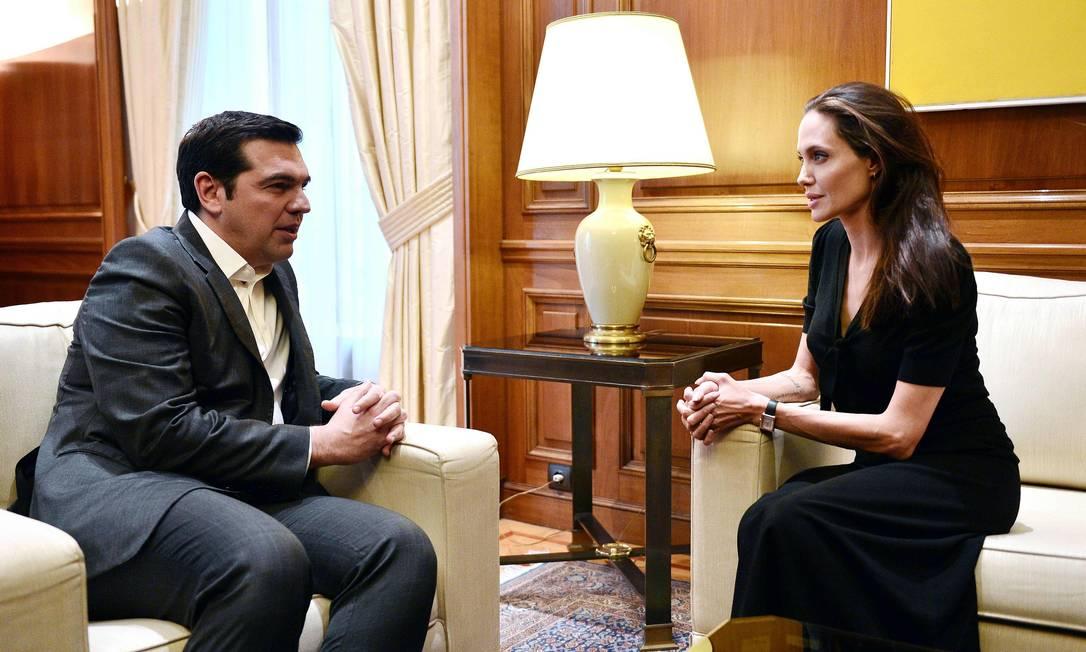 Angelina conversa o primeiro-ministro grego Alexis Tsipras LOUISA GOULIAMAKI / AFP
