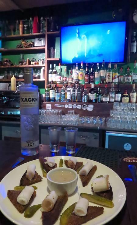 Comidinhas e vodca no Ozzy Bar, em Vladivostok Foto: Juarez Becoza / Juarez Becoza
