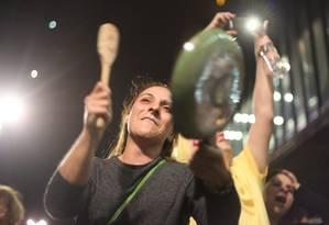 Segundo a Polícia Militar, a manifestação teve início às 18h15m Foto: Marcos Alves / Agência O Globo