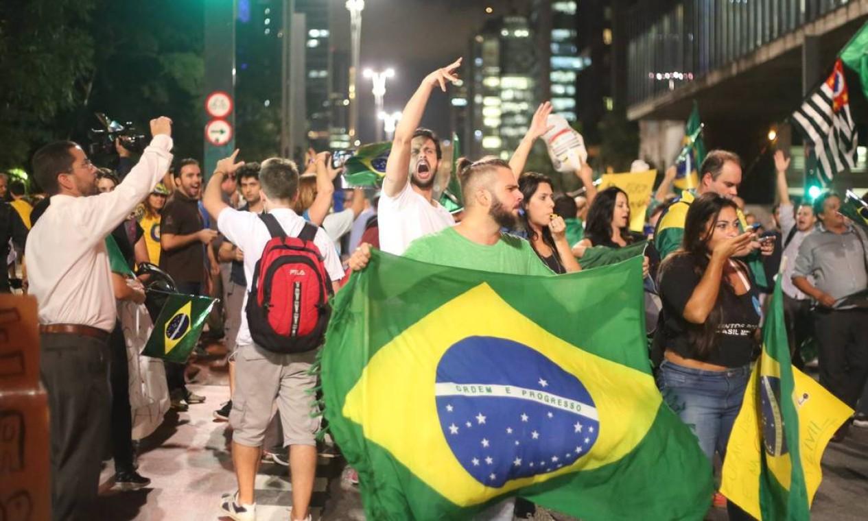 Bandeiras do Brasil e panelas foram levadas às ruas Foto: Marcos Alves / Agência O Globo