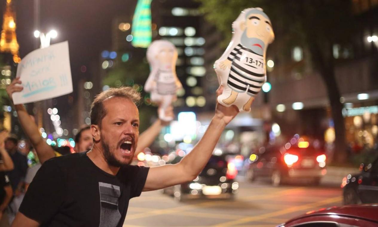 O protesto bloqueou a avenida nos dois sentidos Foto: Marcos Alves / Agência O Globo